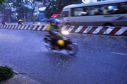 Mưa trái mùa đổ xuống Sài Gòn trong chiều cuối tuần - ảnh 2