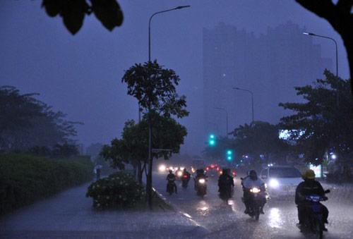 Mưa trái mùa đổ xuống Sài Gòn trong chiều cuối tuần - ảnh 1