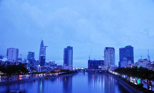Mưa trái mùa đổ xuống Sài Gòn trong chiều cuối tuần - ảnh 8