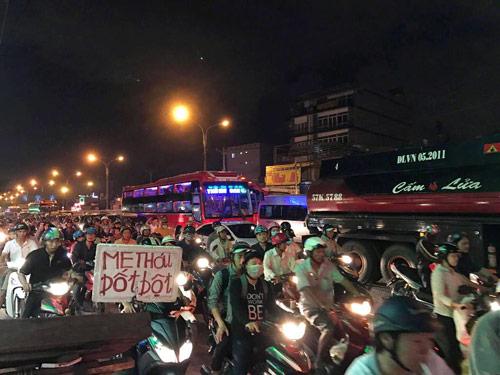 Mưa trái mùa đổ xuống Sài Gòn trong chiều cuối tuần - ảnh 9