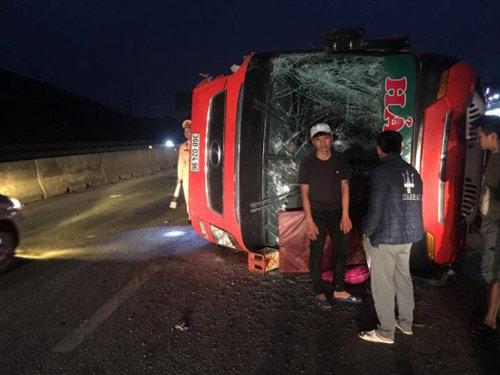 Lật xe khách, 40 người thoát chết trong gang tấc - ảnh 1