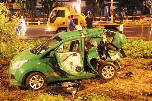 TP.HCM: Hai ô tô văng khỏi đại lộ sau va chạm - 3