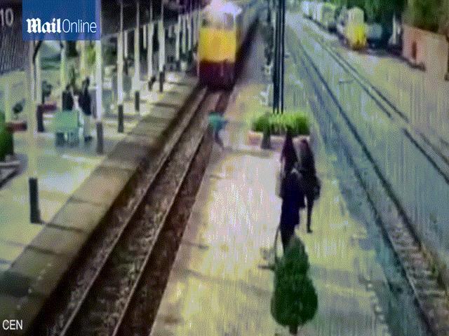 Khoảnh khắc kinh hoàng cô gái bị đoàn tàu đâm ở Ấn Độ - 1