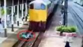 Thái Lan: Nằm im cho tàu hỏa cán qua rồi đứng dậy chạy