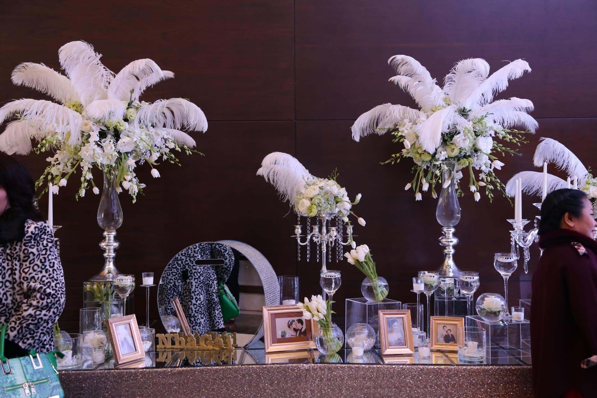 Cận cảnh lễ cưới xa hoa của HH Thu Ngân và đại gia hơn 19 tuổi - 4 Cùng ngắm những khoảnh khắc đặc biệt của hoa hậu Thu Ngân và chồng đại gia Cùng ngắm những khoảnh khắc đặc biệt của hoa hậu Thu Ngân và chồng đại gia Cận cảnh những siêu xe tới tham dự lễ cưới.    Không gian sang trọng bên trong sảnh cưới.