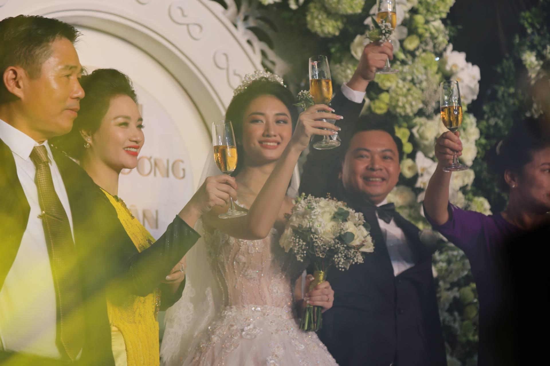 Cận cảnh lễ cưới xa hoa của HH Thu Ngân và đại gia hơn 19 tuổi - 13