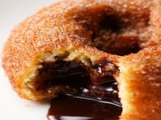 Ẩm thực - Bánh donut nhân socola giòn tan, ngọt ngon khó cưỡng