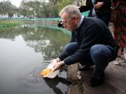Tin tức trong ngày - Đại sứ Mỹ thả cá chép, đi chợ mua hoa đào ngày ông Công ông Táo