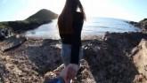 Cô gái nhận cái kết cực phũ khi nắm tay bạn trai trên mỏm đá