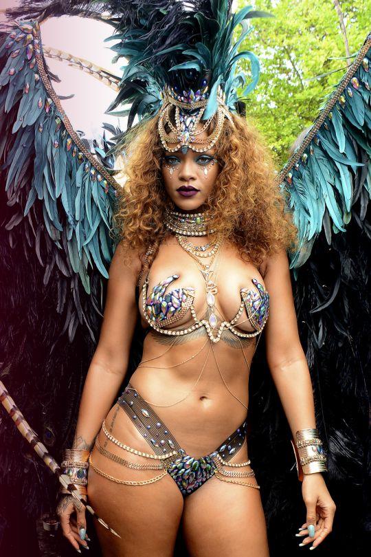 Choáng ngợp loạt bikini siêu sặc sỡ và nóng bỏng của Rihanna - 2