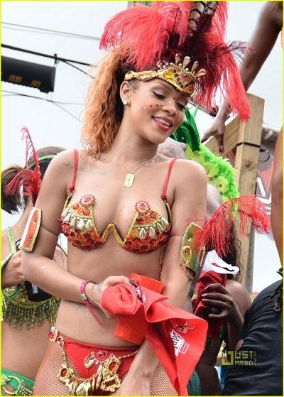 Choáng ngợp loạt bikini siêu sặc sỡ và nóng bỏng của Rihanna - 3