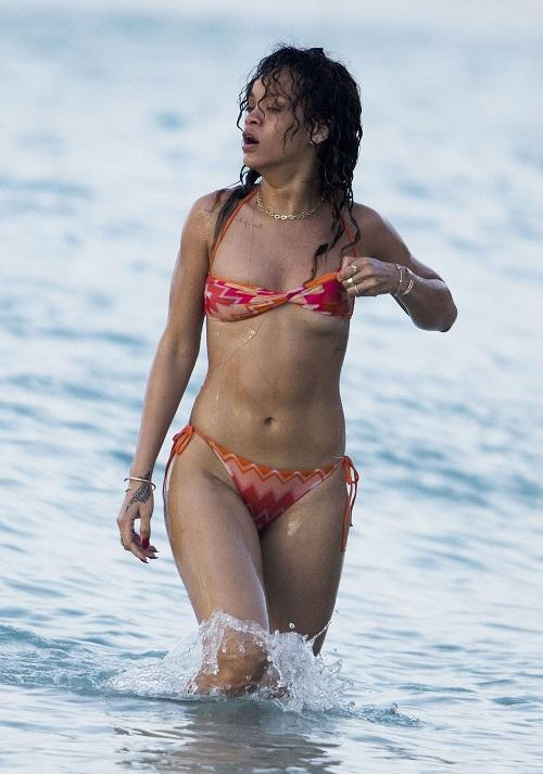 Choáng ngợp loạt bikini siêu sặc sỡ và nóng bỏng của Rihanna - 8