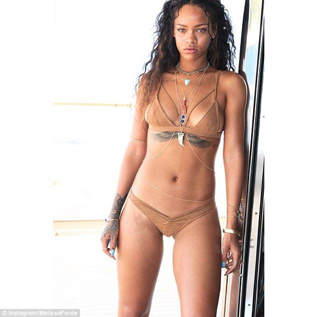 Choáng ngợp loạt bikini siêu sặc sỡ và nóng bỏng của Rihanna - 10