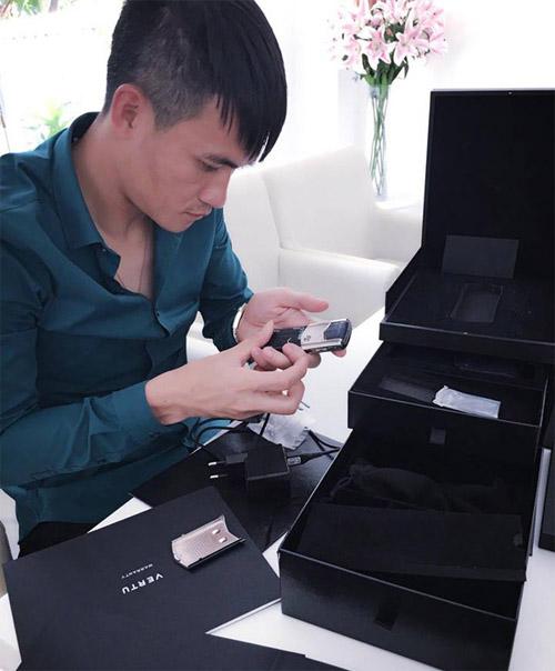 Thuỷ Tiên tặng Công Vinh điện thoại gần nửa tỷ