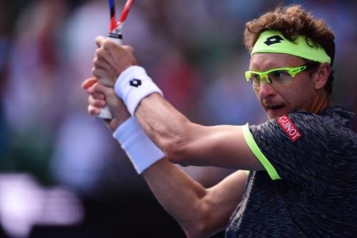 """""""Ngựa ô"""" loại sốc Djokovic: Mẹ dạy tennis, đeo kính lạ"""