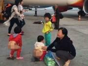 """Tin tức trong ngày - """"Choáng"""" cảnh tụt quần cho trẻ tè bậy cạnh máy bay"""