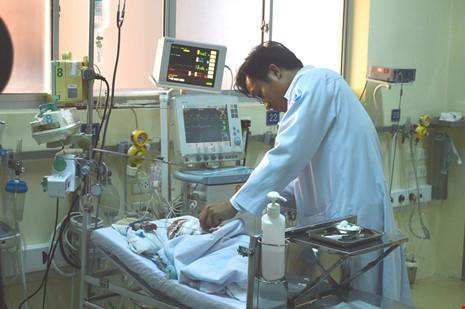 Cứu bé gái 20 ngày tuổi mắc bệnh lạ lần đầu gặp tại VN - 3