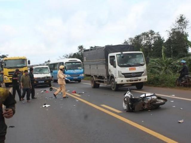 Xe bán tải đâm xe máy văng 30m, 2 nữ sinh thương vong - 3
