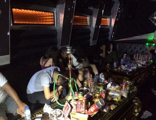 Bốn thiếu nữ 16 tuổi bay lắc trong quán karaoke
