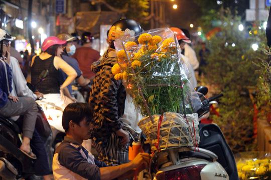 Bên hoa cô nhât sai gon nhôn nhip trong đêm - 12