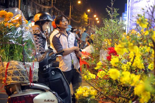 Bên hoa cô nhât sai gon nhôn nhip trong đêm - 9