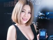 Thời trang Hi-tech - Dàn mẫu nữ xinh đẹp, căng đầy bên máy nghe nhạc