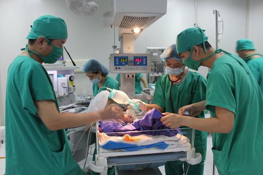 Quảng Ninh: Bé sơ sinh lộ toàn bộ nội tạng ra ngoài - 1
