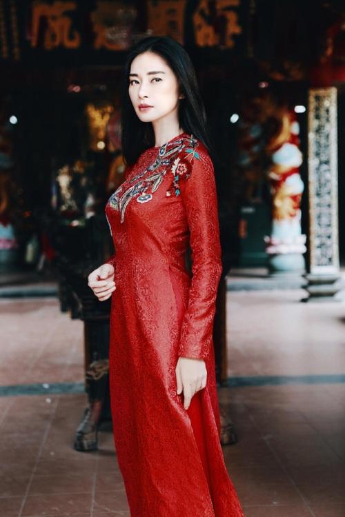 đả nữ ngô thanh vân e ấp bất ngờ với áo dài đỏ thắm - 1
