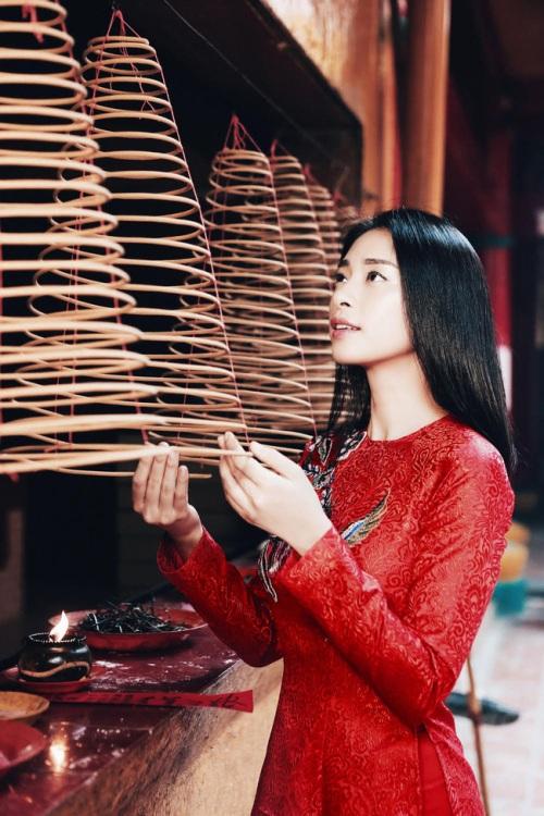 đả nữ ngô thanh vân e ấp bất ngờ với áo dài đỏ thắm - 2