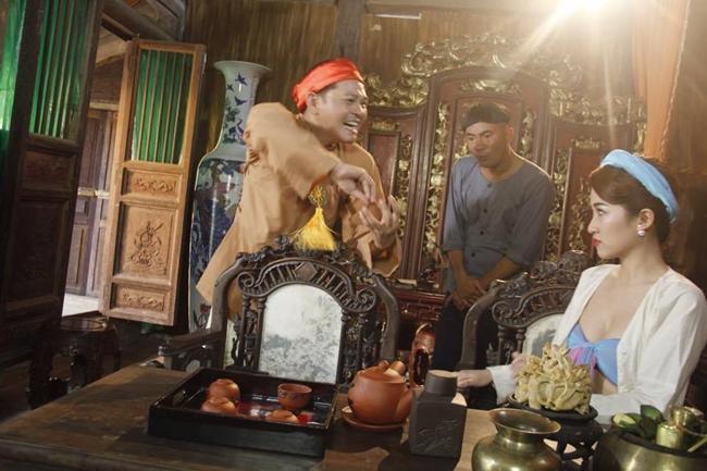Trong phim, Trang Moon vào vai bà vợ ba trẻ trung và sexy của nghệ sĩ Trung Hiếu.