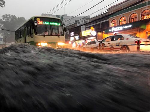 """Người Sài Gòn """"bơi"""" trong trận mưa trái mùa chiều mùng 6 Tết"""