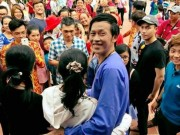 Người dân vây kín nhà thờ Tổ nhận lì xì của Hoài Linh