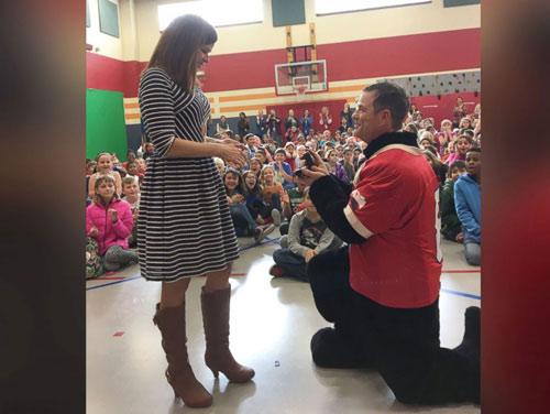 Nữ hiệu trưởng được cầu hôn trước 600 học sinh tiểu học - 1
