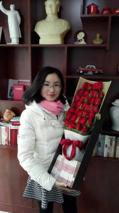 Chưa 14/2, người chồng này đã gây bão với bó hoa 500 triệu tặng vợ - 1
