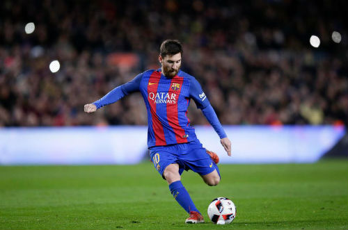 """Messi """"vẽ cầu vồng"""", phá kỷ lục huyền thoại Barca"""