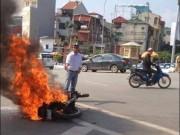 Tin tức trong ngày - Xe máy bốc cháy ngùn ngụt trên phố Hà Nội
