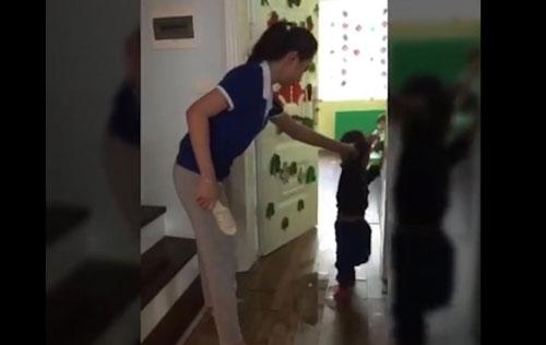 Buộc thôi việc 2 cô giáo mầm non cầm dép đánh vào đầu học sinh - 1