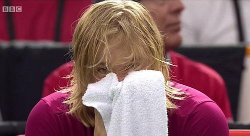 Tennis: Đánh bóng bầm mắt trọng tài, hại mình hại cả đội - 1