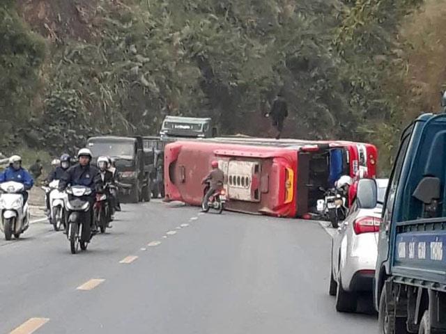 Hòa Bình: Xe khách 50 chỗ đâm thẳng vào vách núi