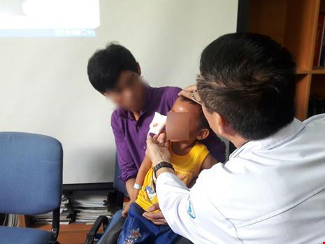 Cứu sống bé 3 tuổi bị súng bắn vào mắt - 2