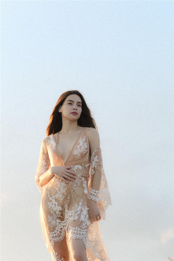 Hồ Ngọc Hà sexy mê ly với váy xẻ ngực sâu hút - 5