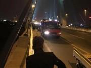 Tin tức trong ngày - HN: Đi vệ sinh trên cầu Nhật Tân, người đàn ông rơi xuống sông mất tích