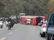 Tin tức trong ngày - Hòa Bình: Xe khách 50 chỗ đâm thẳng vào vách núi