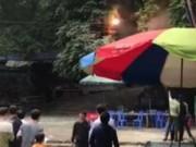 Tin tức trong ngày - Clip: Chập điện ở chùa Hương, du khách hoảng loạn bỏ chạy