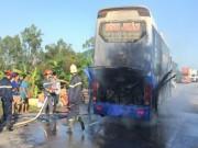 Tin tức trong ngày - Xe khách bốc cháy giữa đường, 30 người thoát chết trong gang tấc