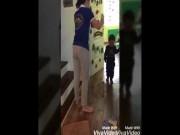 Bé trai bị cô giáo cầm dép đánh vẫn chưa thể đi học