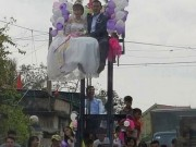 Tin tức trong ngày - Màn rước dâu kì quặc: Cô dâu chú rể ngồi vắt vẻo trên xe nâng