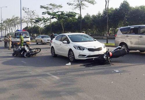 """Ô tô """"đại náo"""" đường phố Sài Gòn, xe máy nằm la liệt"""