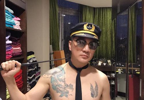 Mr Đàm gây choáng khi cởi trần, khoe hình xăm rồng, đội mũ phi công - 2