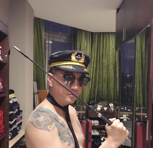 Mr Đàm gây choáng khi cởi trần, khoe hình xăm rồng, đội mũ phi công - 3
